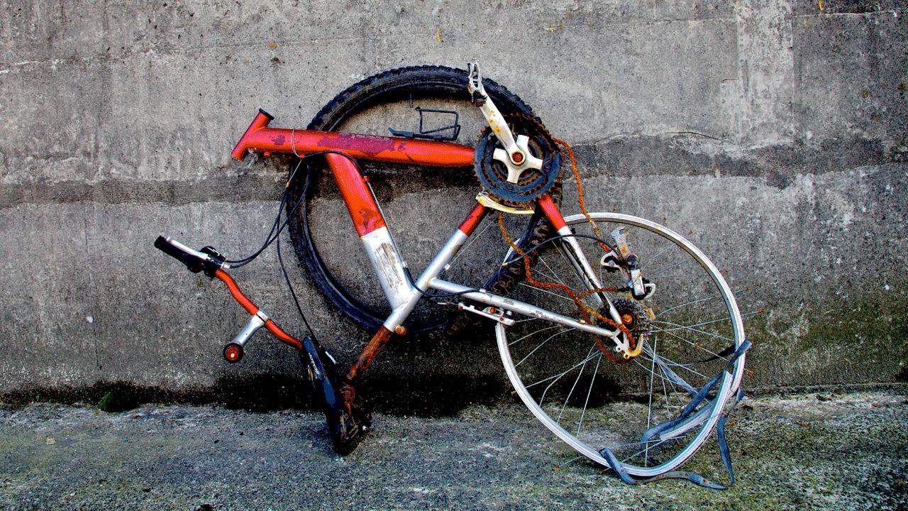 trei britanici pe biciclete