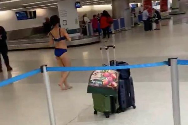 femeie goala aeroport