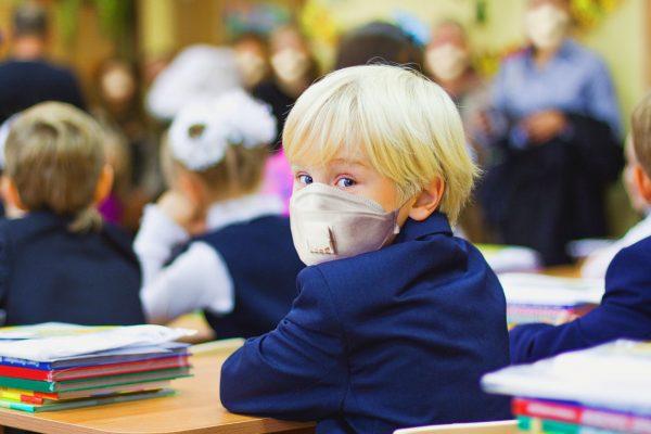 Școlile vor fi decuplate de la rata de infectare din localitate, pragul de 6 la mie de la care școlile treceau în online fiind eliminat.